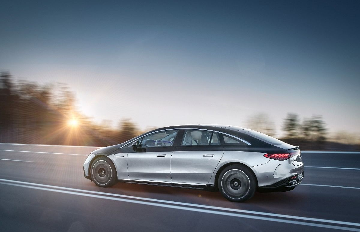 The Mercedes EQS gets optional dual-tone color schemes