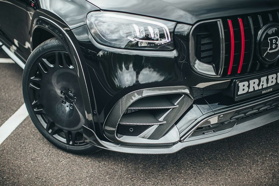 The air-deflectors on the sides of front bumper are made of carbon fibre
