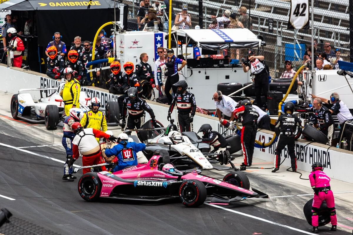 A crew of 6 address to all the needs during a pitstop