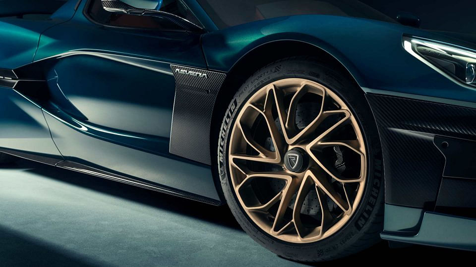 Swanky looking alloys equipped with Michelin Pilot 4S Sport tyres