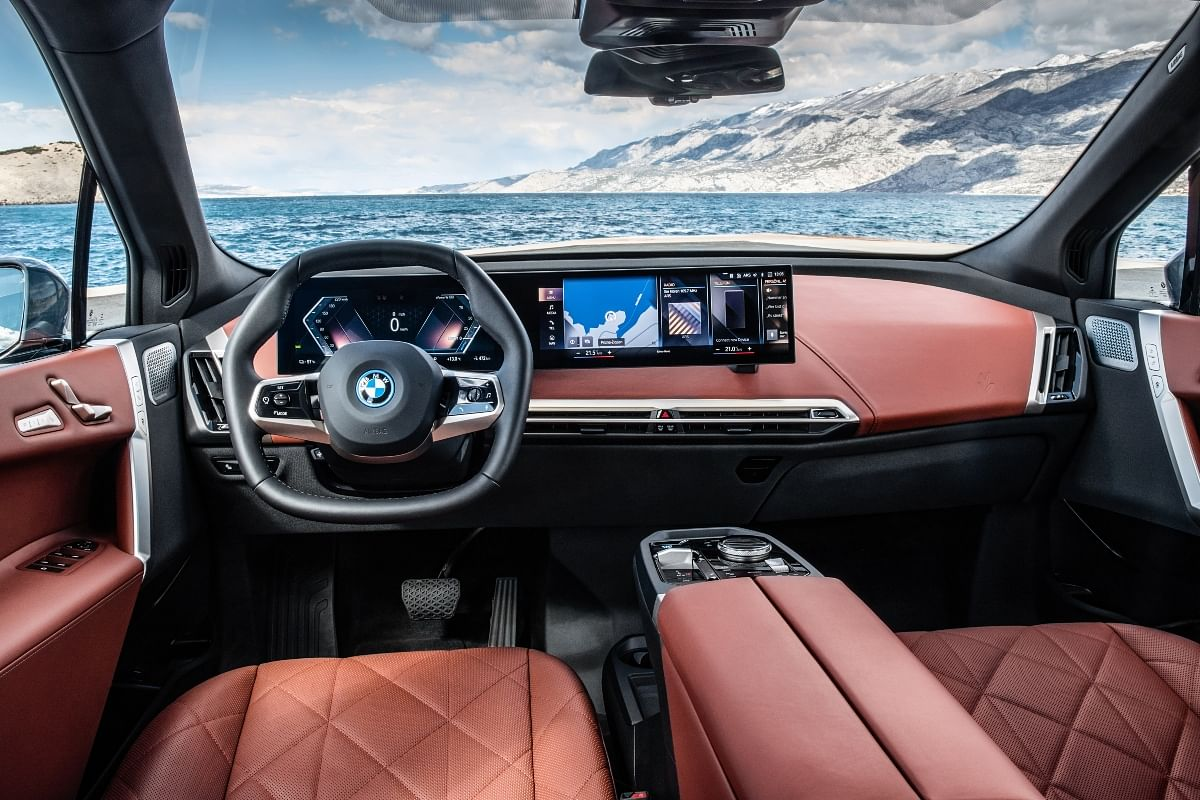 The hexagonal steering wheel and the BMW Curved Display