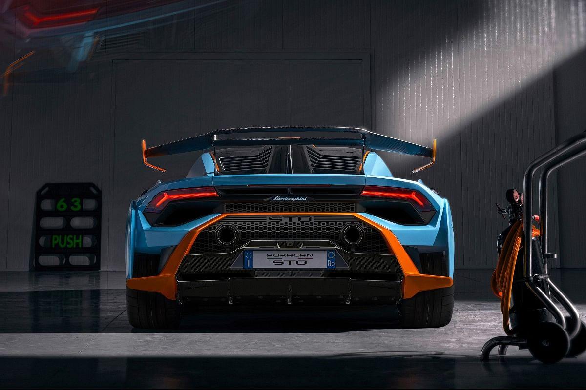 The adjustable rear wing optimizes aerodynamic balance