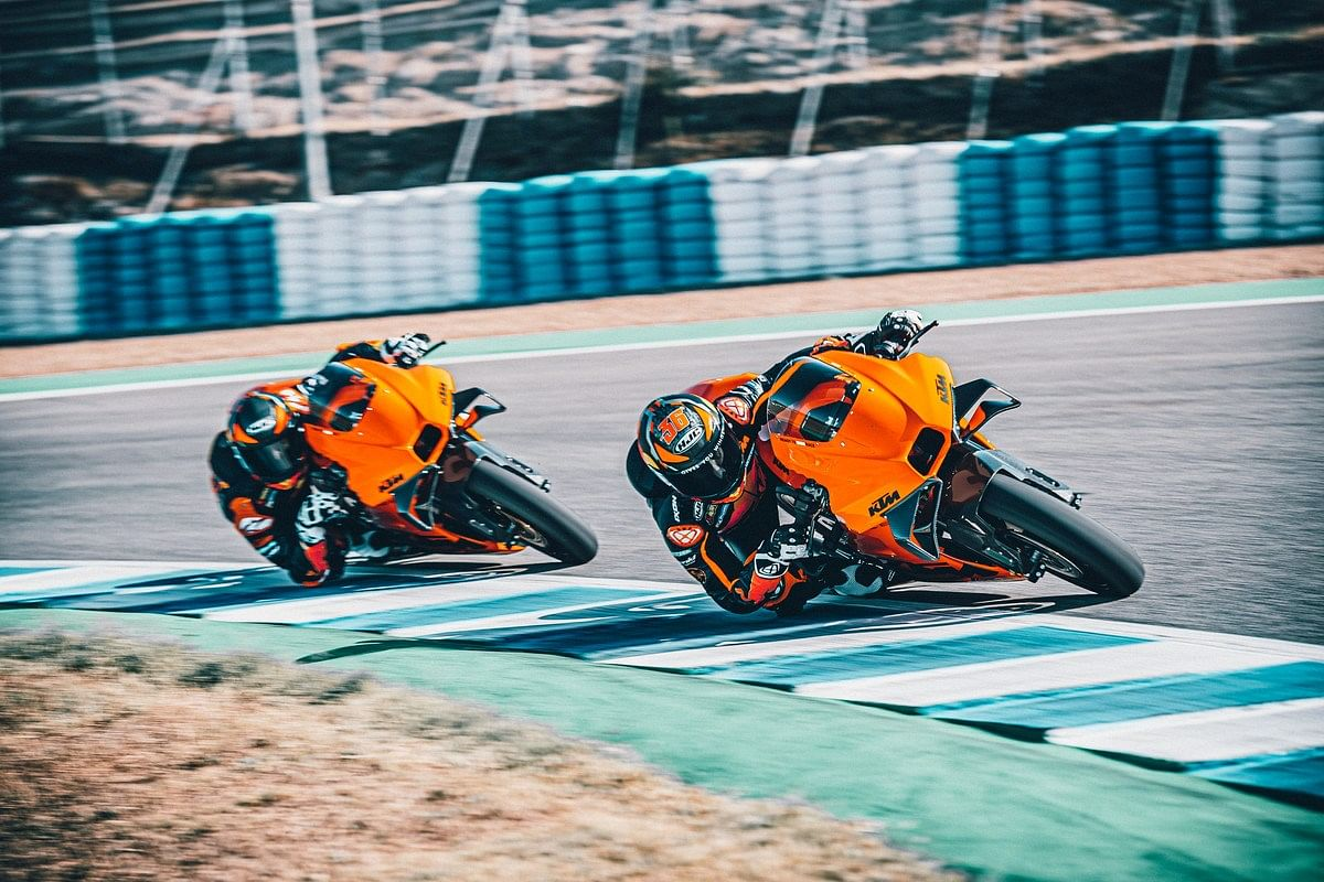 With a wieght of just 140kgs, riders will find it easy to scrape their knee while astride the KTM RC 8C