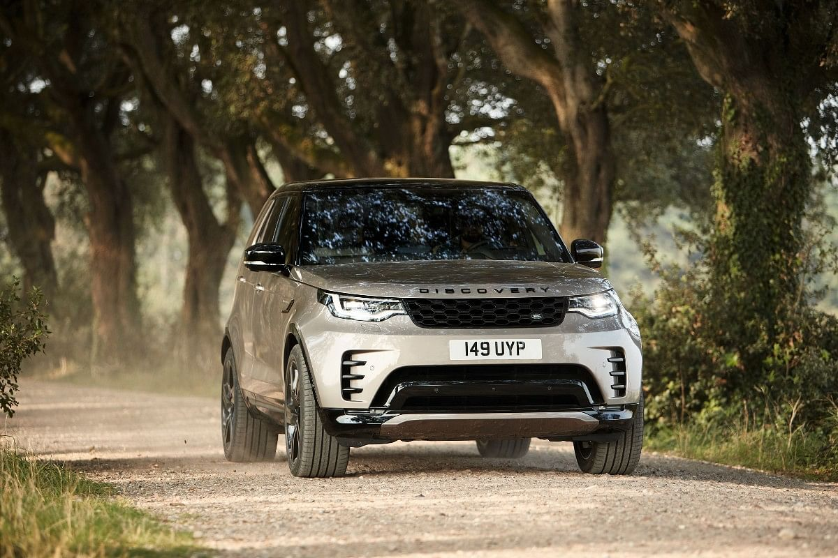 The new Discovery comes with re-designed healights, grille and bumpers