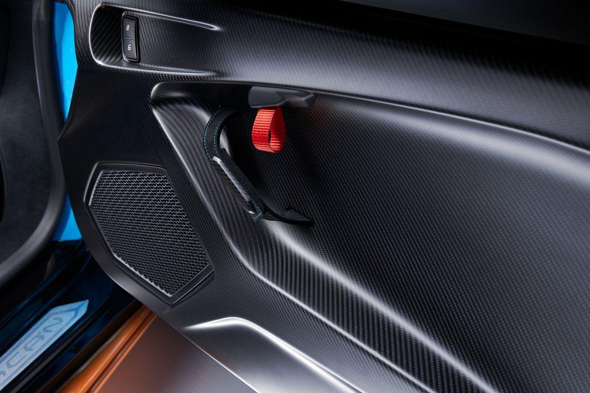 Even the door panels receive carbonfibre treatment!