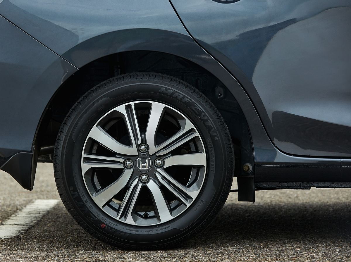 The VX variant gets 15-inch alloy wheels
