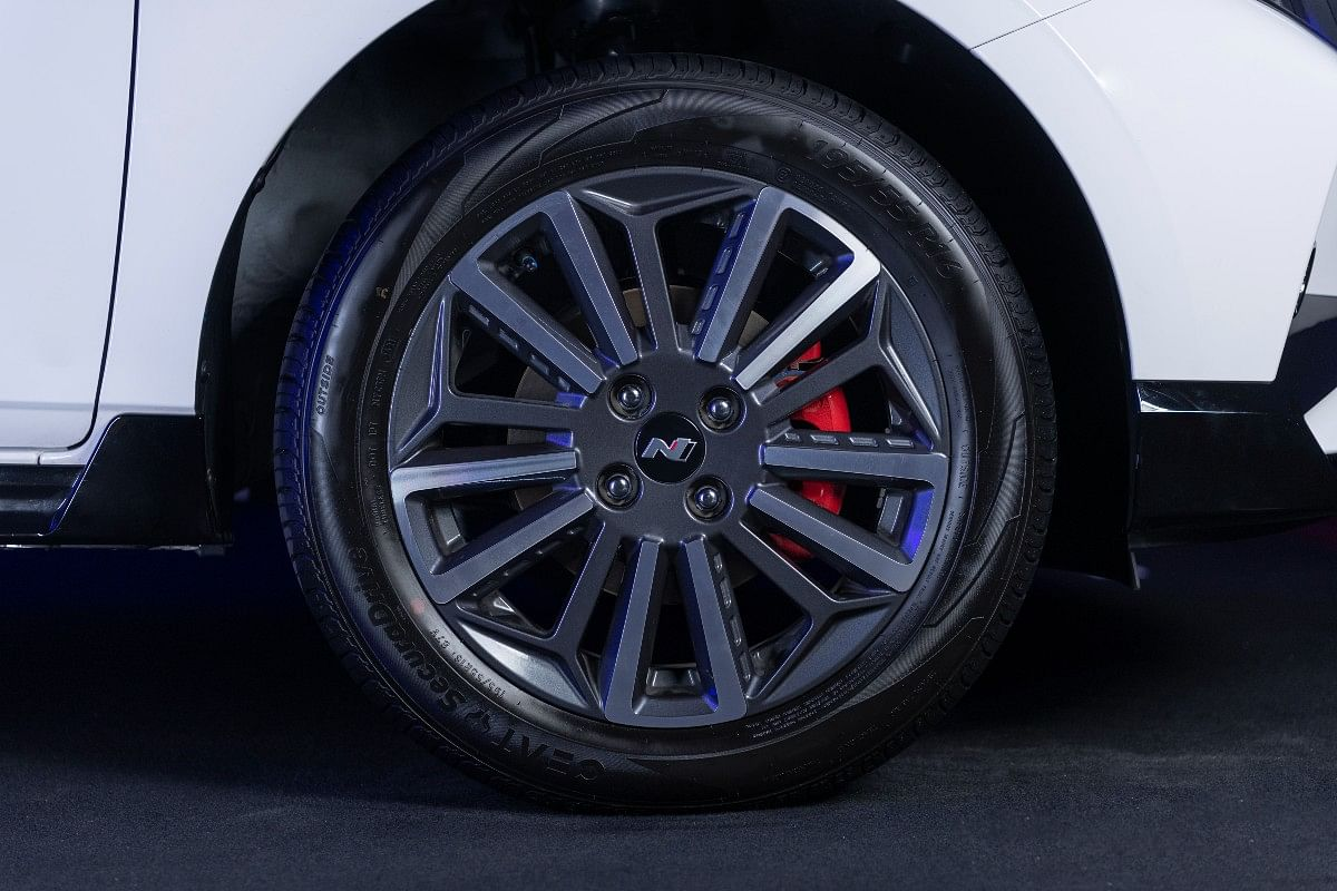 The Hyundai i20 N Line sports 16-inch wheels with diamond-cut alloys and disc brakes on all wheels
