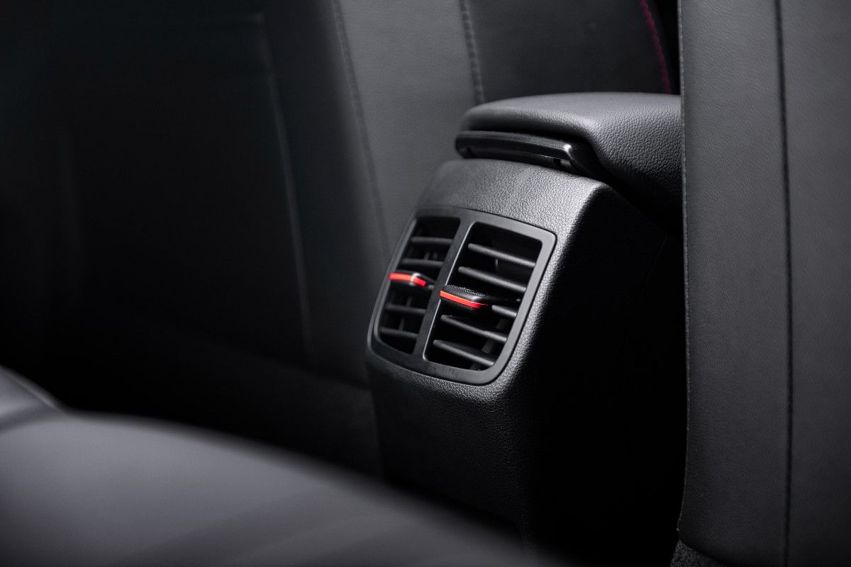 The rear AC vents get red highlights too