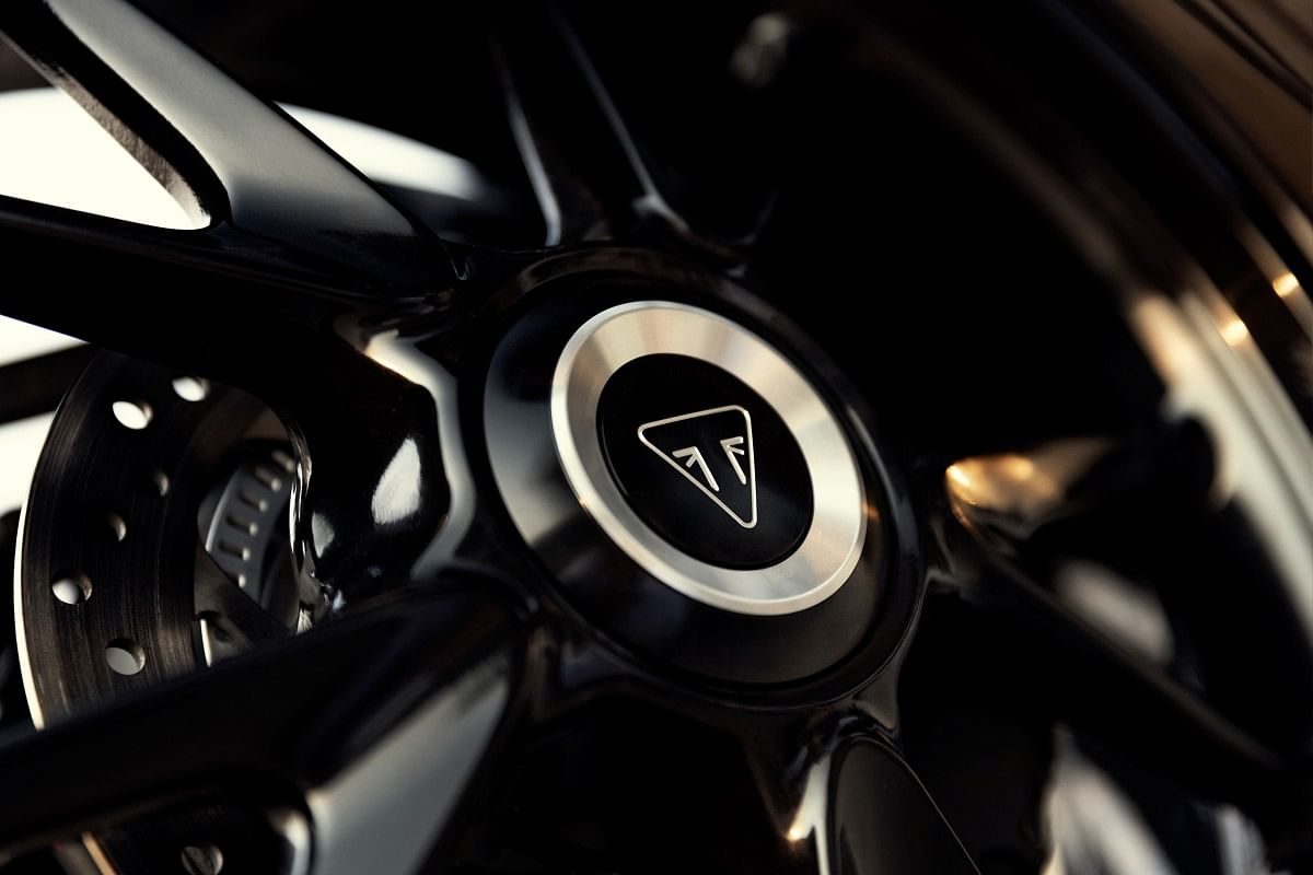 The 17-inch aluminium wheels with V-shaped spokes are a sight to behold