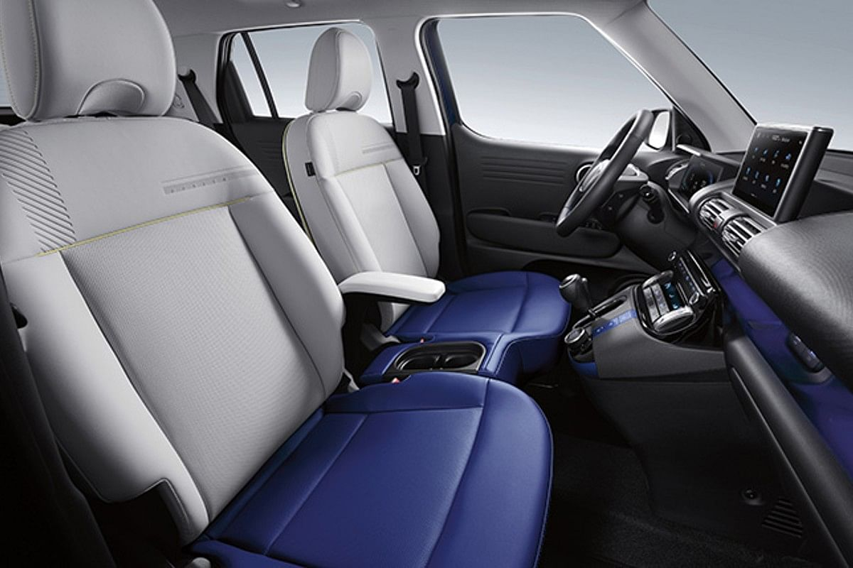 High-set gear selector enables free movement between the front seats