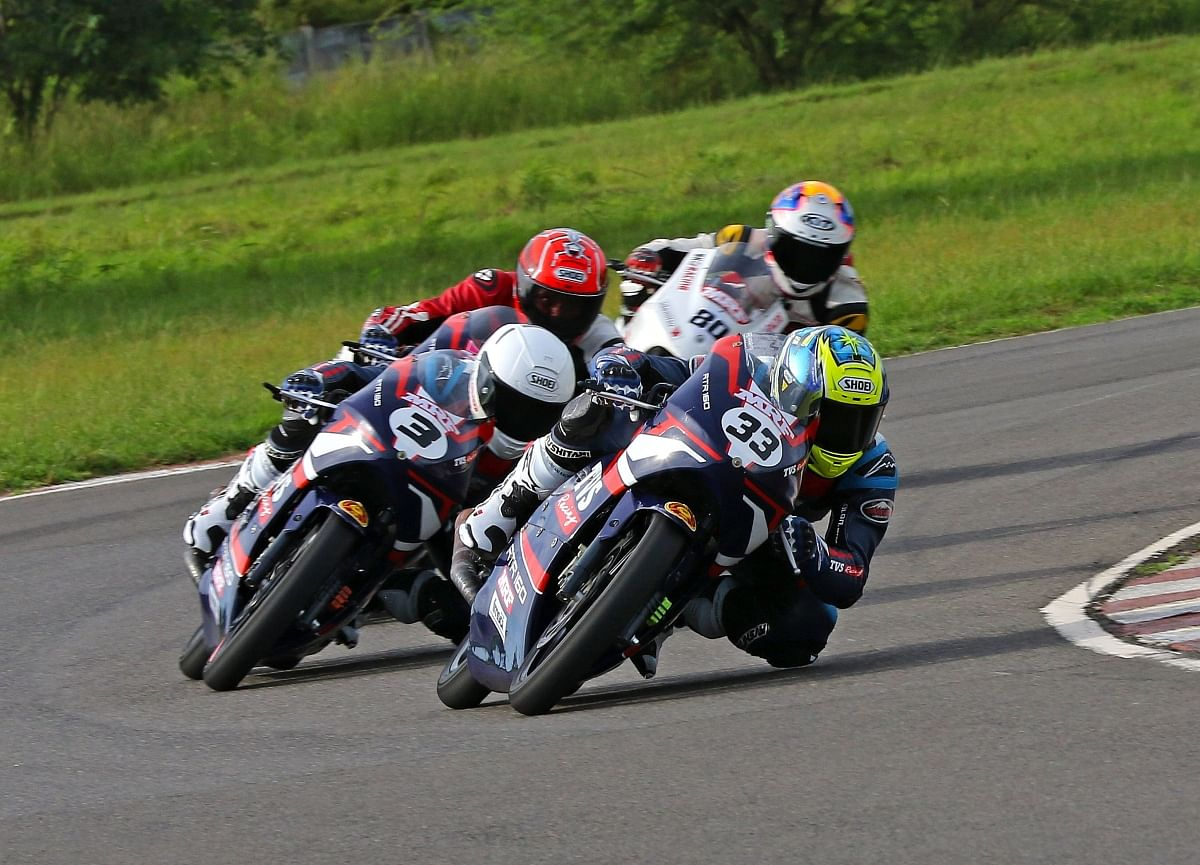 Ahamed (33), who had lost the championship to Jagan Kumar last season by just one point, survived contact with pole-sitter Deepak Ravikumar on the very first lap but staged a remarkable recovery to move to the front of the pack.