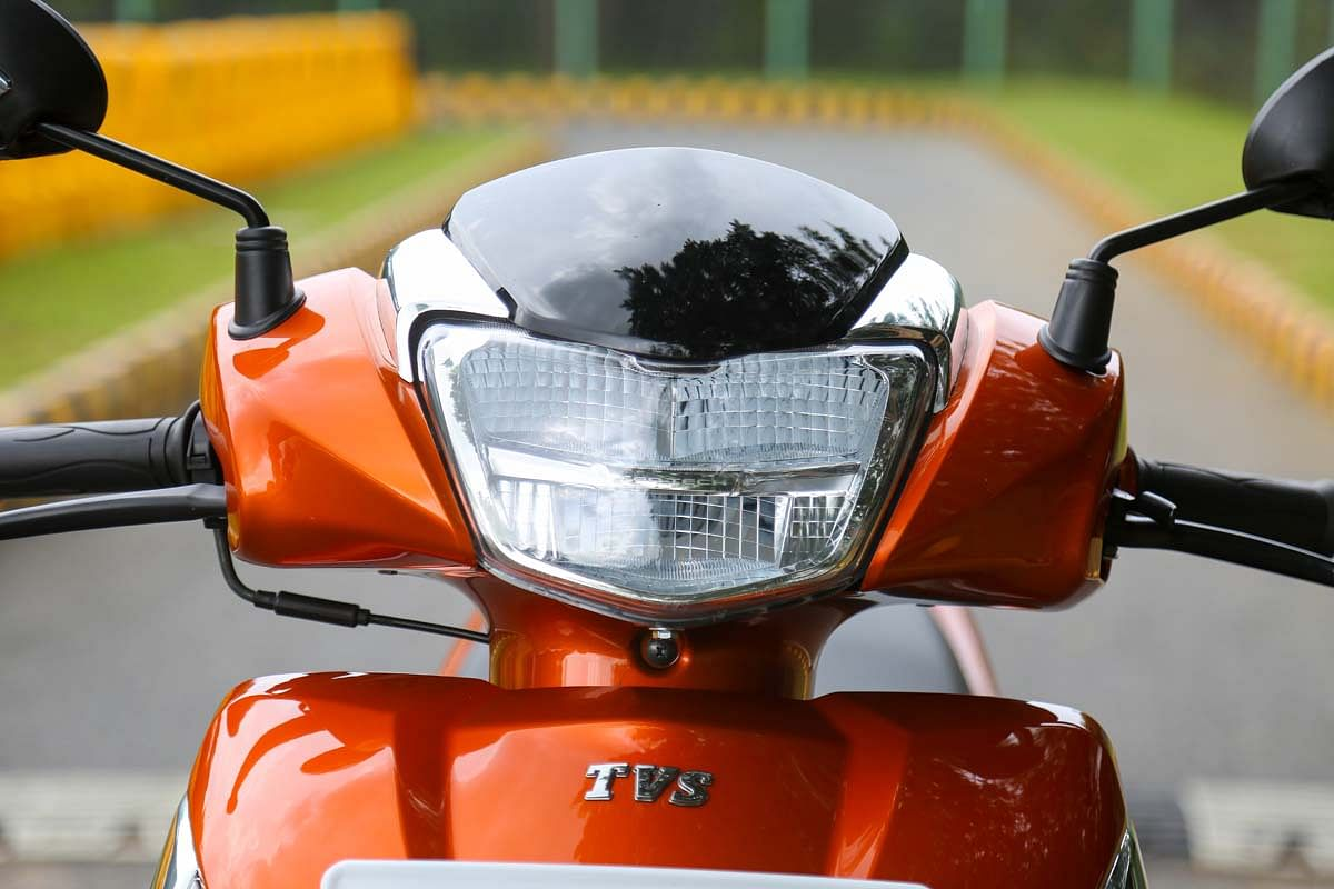 A tinted visor is placed above the all-LED headlamp