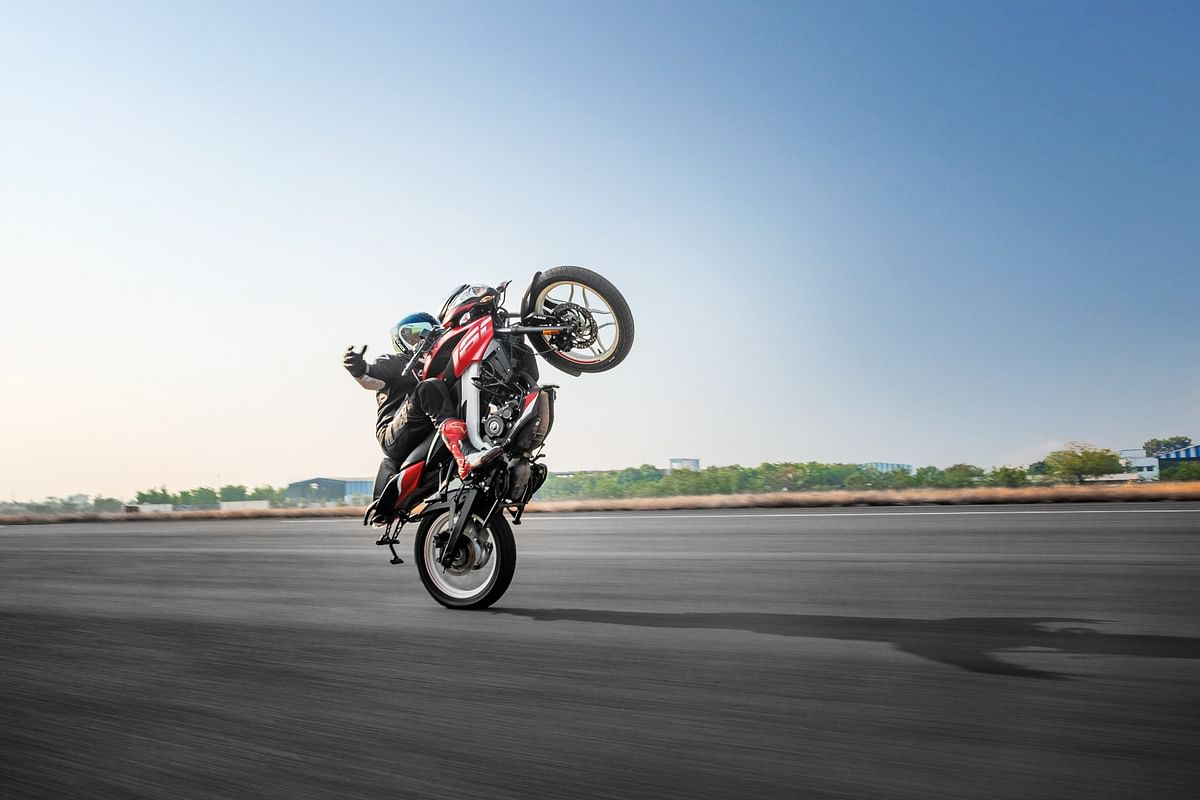 National record! The longest no-hands wheelie with the Bajaj Pulsar NS 160