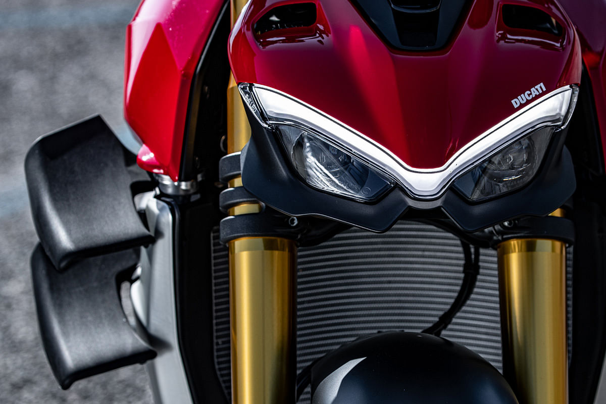 Carbon winglets and V-shaped DRLs