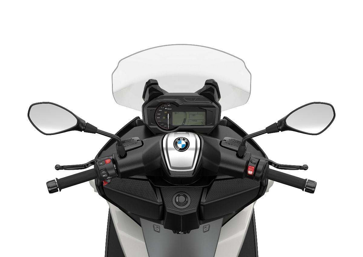 Digital-analog meter is standard on the BMW C 400 GT...
