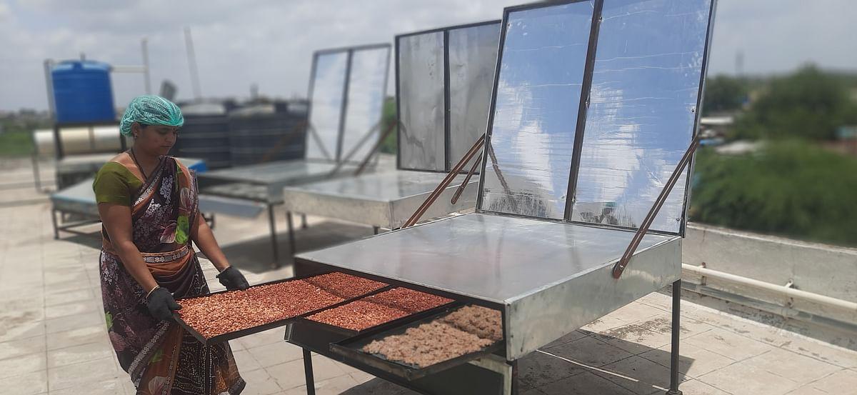 Baking cookies in solar oven