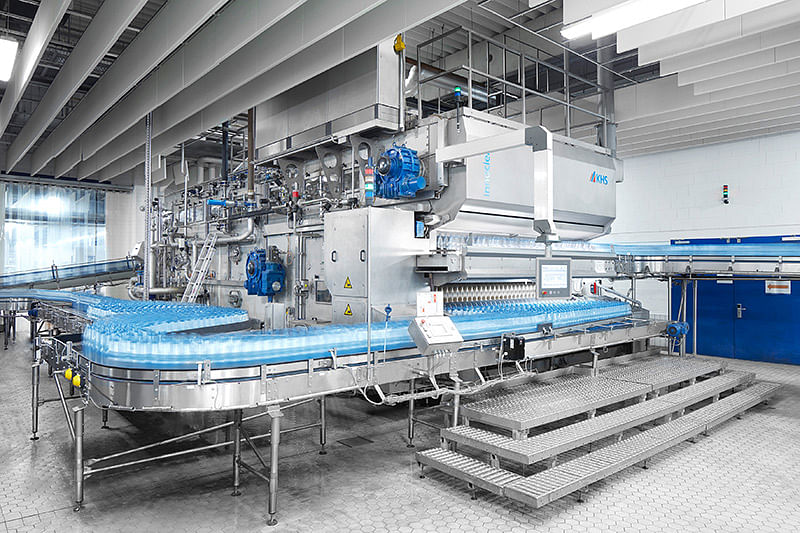 """<div class=""""paragraphs""""><p>The conversion focused on the KHS Innoclean EM bottle washer that has been in operation for 17 years at Bad Meinberger. The KHS team changed the machine so that it can now sanitize both returnable PET and glass bottles.</p></div>"""