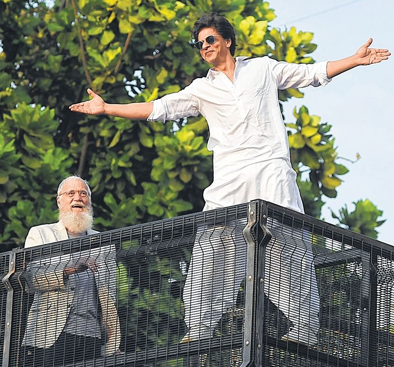 Shah Rukh Khan greets fans on Eid, David Letterman joins him to witness fan mania