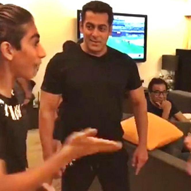 Watch Salman Khan play red hand game with his nephews Nirvaan, Arhaan & Ayaan