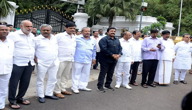 Karnataka crisis: Experts say rebel MLAs can't be disqualified