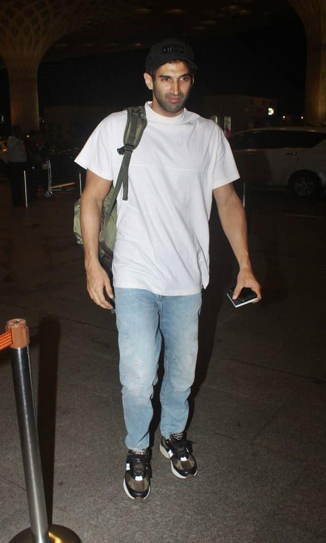 Aditya roy Kapoor spotted by paparazzis at Mumbai airport