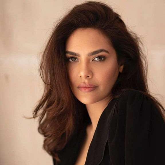 Esha Gupta participates in Dadar beach cleanup drive, celebrates 100 weeks of cleanup drive