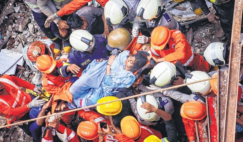Mumbai: Volunteers form a chain,  remove the slabs with bare hands