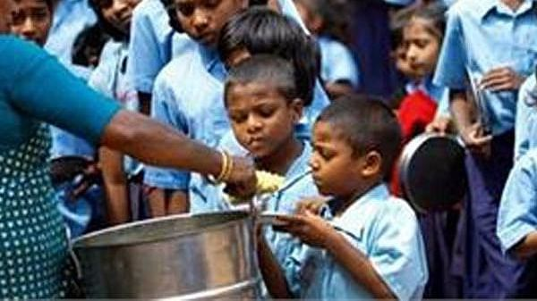 Dead rat found in a midday meal in UP, students, teacher fell ill
