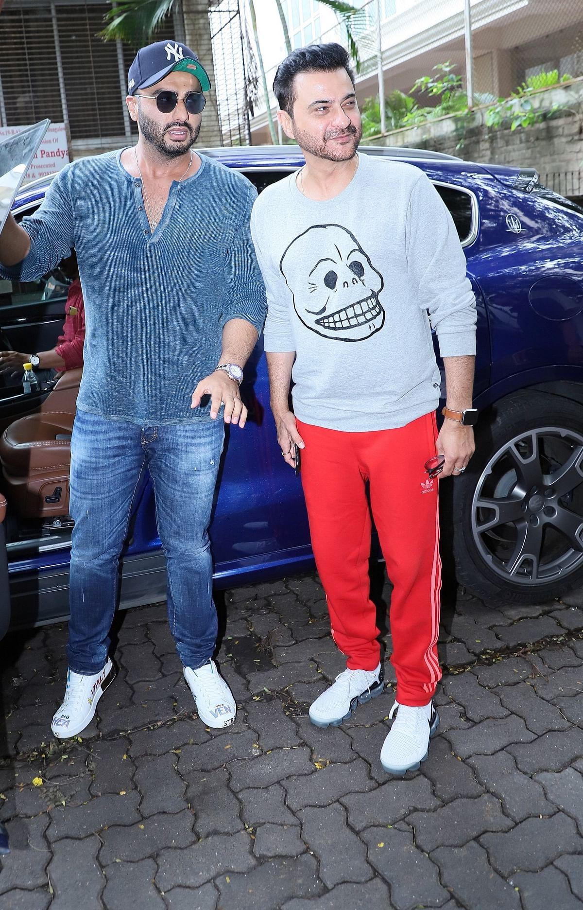 Arjun Kapoor marked his presence with favourite chachu Sanjay Kapoor at Anil Kapoor's residence in Mumbai.