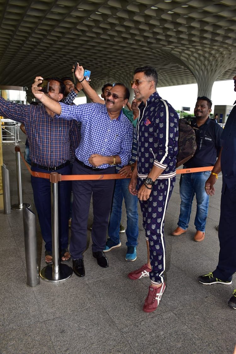 Akshay Kumar posed for selfies with fans at airport.