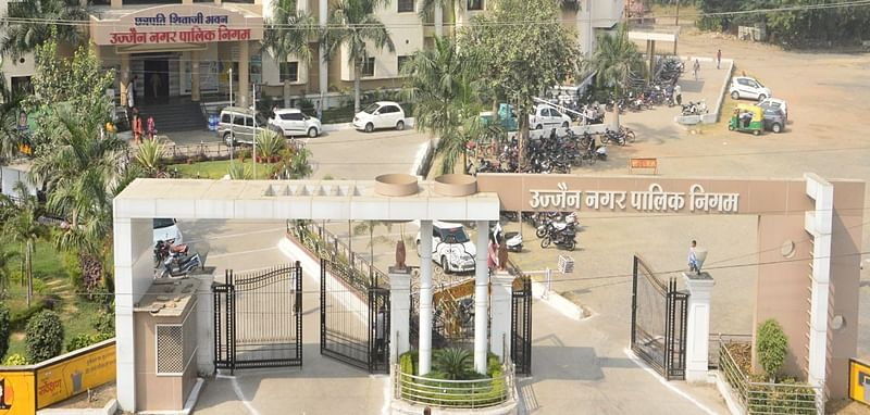 Ujjain: Municipal commissioner takes stock of demolition of Hotel Shanti Clarks