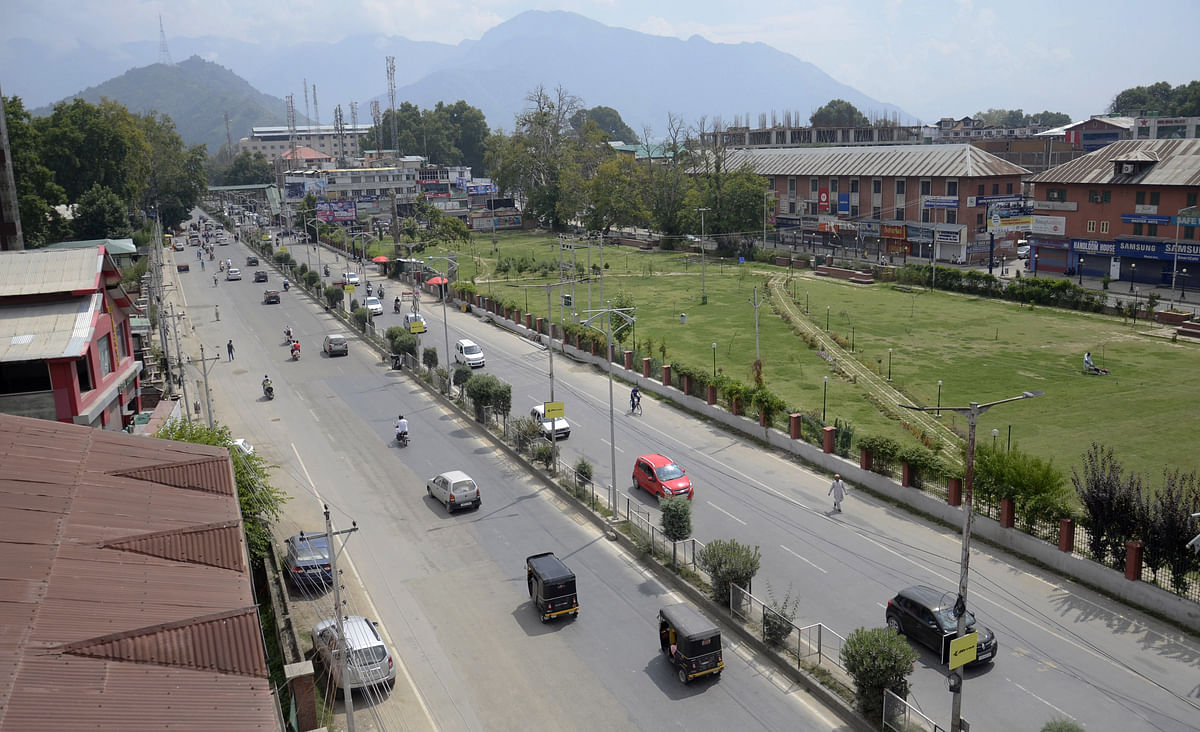 Restrictions lifted from most parts of Kashmir, private vehicles on roads in Srinagar