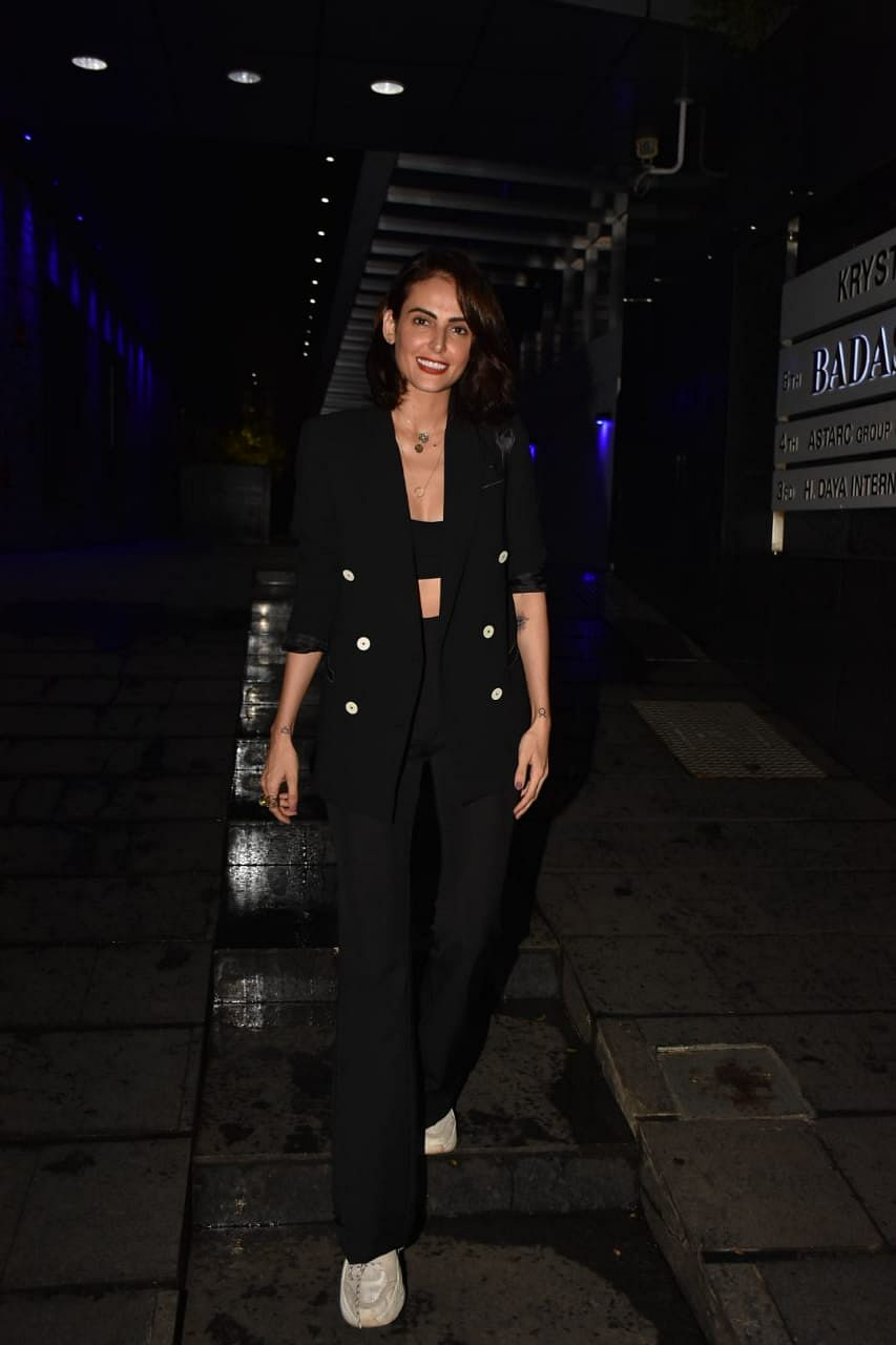 Actress Mandana Karimi was also present at the same restaurant.