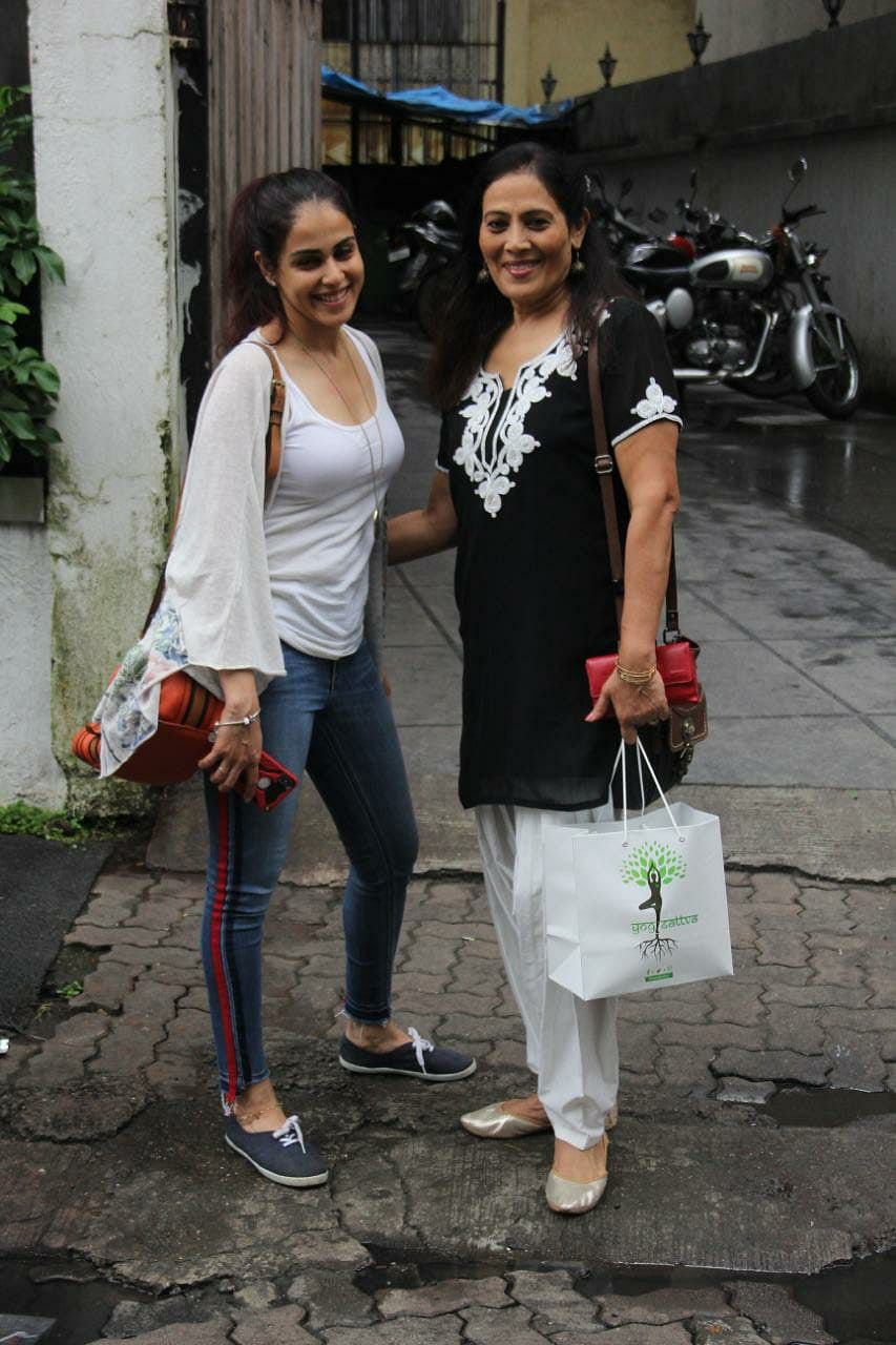 Genelia D'Souza Deshmukh spotted with her mom at Earth in Bandra