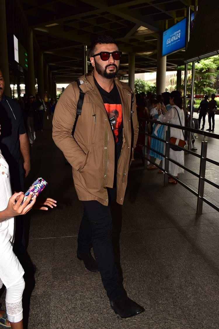 Arjun Kapoor and girl friend Malaika Arora were snapped at the Mumbai airport heading home from Australia