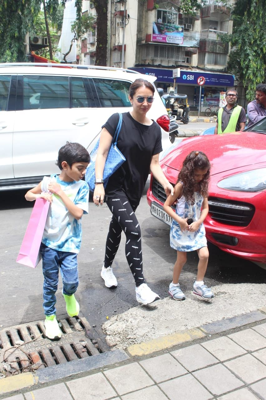 Sohail Khan's wife Seema Khan was also snapped with kids at the foodhall. She was seen wearing a all back casual outfit, while the kids were twinning in blue and white.