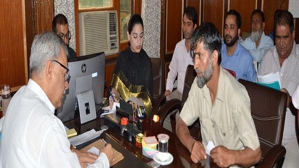 Advisor to J-K governor, Farooq Khan (L)