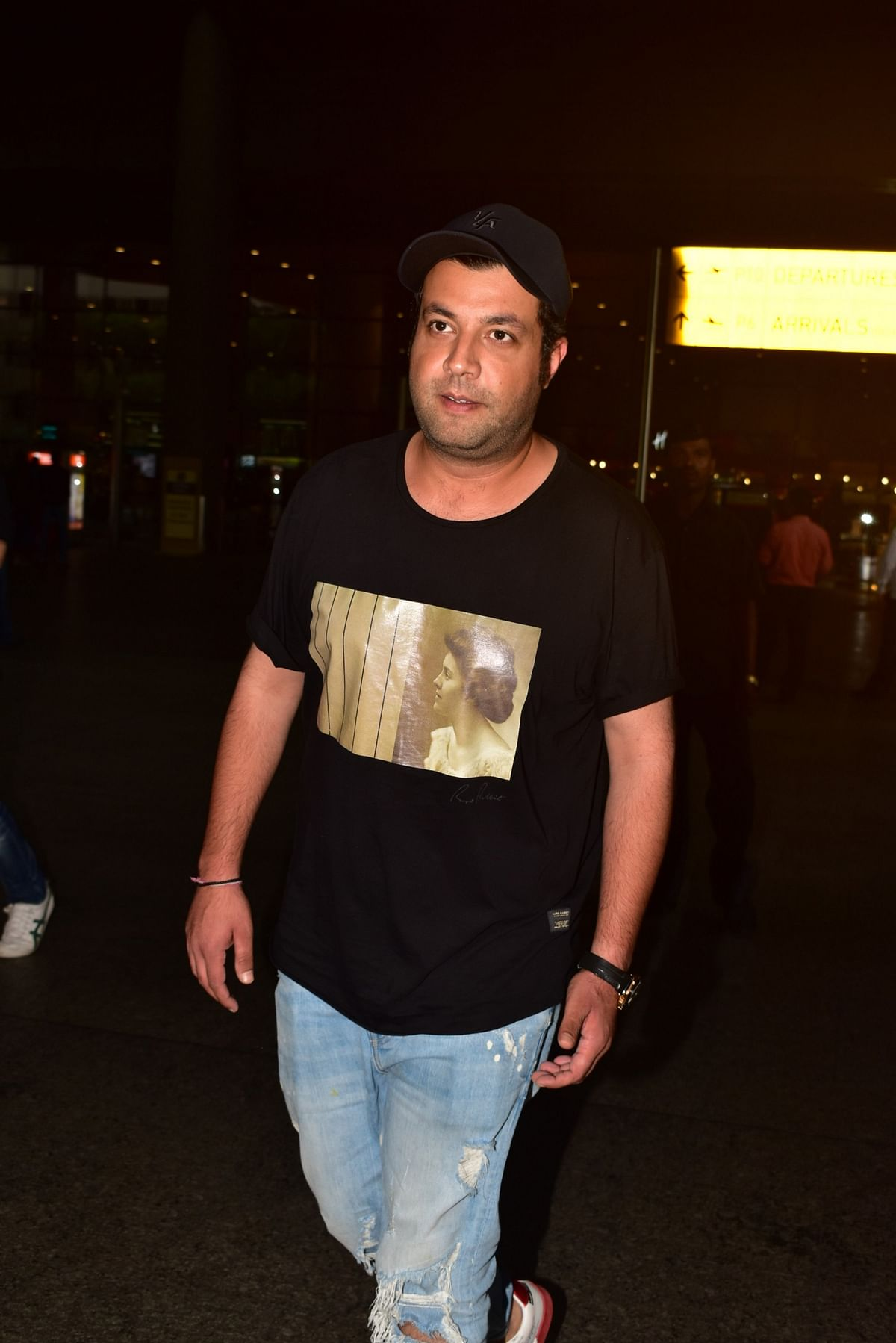 'Khandaani Shafakhana' actor Varun Sharma was snapped at airport.