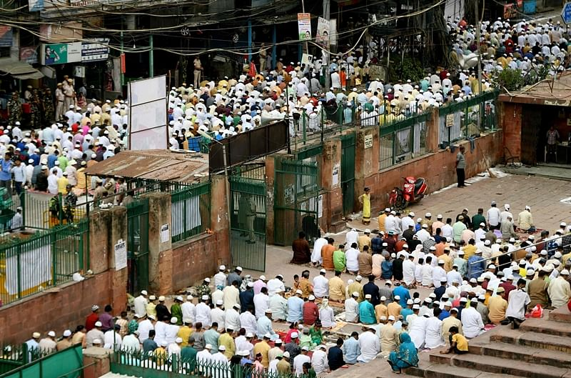 Indian Muslim devotees offer prayers during Eid al-Adha at Jama Masjid in New Delhi on August 12, 2019. - Muslims are celebrating Eid al-Adha (the feast of sacrifice), the second of two Islamic holidays celebrated worldwide marking the end of the annual pilgrimage or Hajj to the Saudi holy city of Mecca.