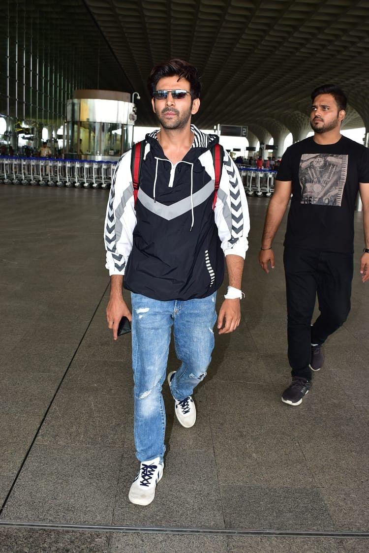 Kartik Aaryan too spotted at the Mumbai airport.