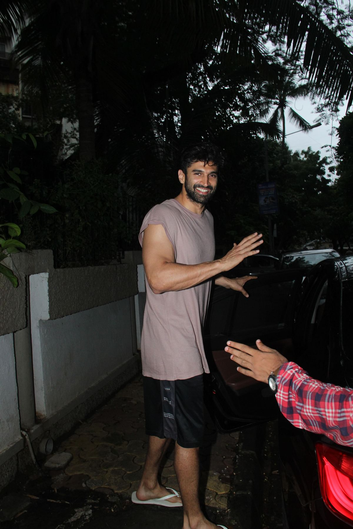 'Kalank' actor Aditya Roy Kapur was all smiles at paparazzi when he left from Mohit Suri's office in Bandra.