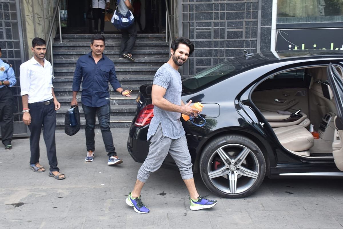 Shahid Kapoor was snapped at his gym in Juhu. He is currently basking in the success of Kabir Singh which minted over 100 crore and is on a hiatus until his next project is finalized. He was seen wearing a casual grey T-shirt while smiling for the papz.