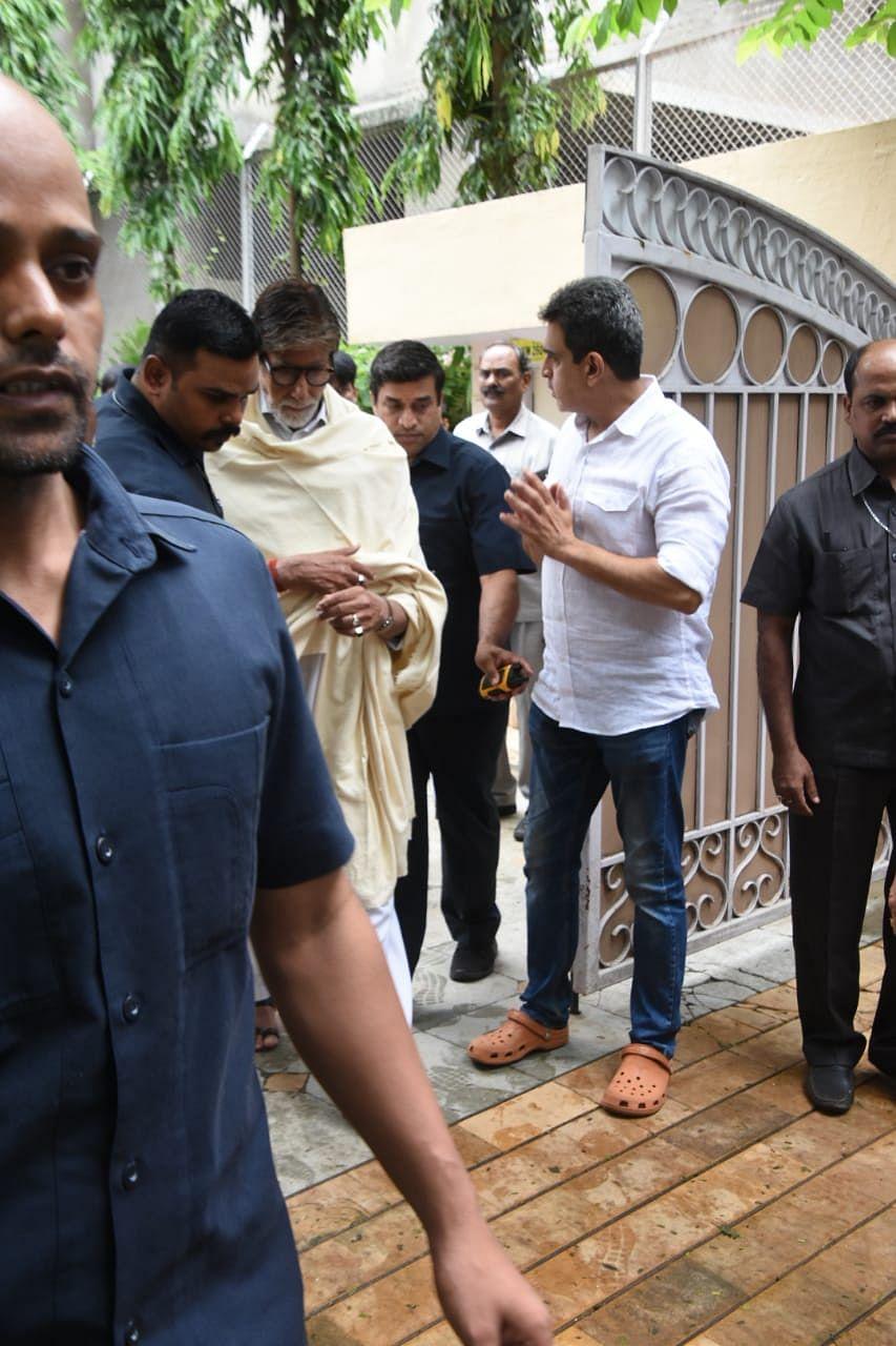 Amitabh Bachchan, Dharmendra arrive at J Om Prakash's residence, offer condolences