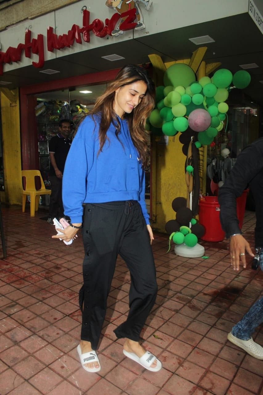 Disha Patani always slay's her casual look. The actress was spotted at party hunter shop in Bandra. She donned a blue sweat shirt and black pants.