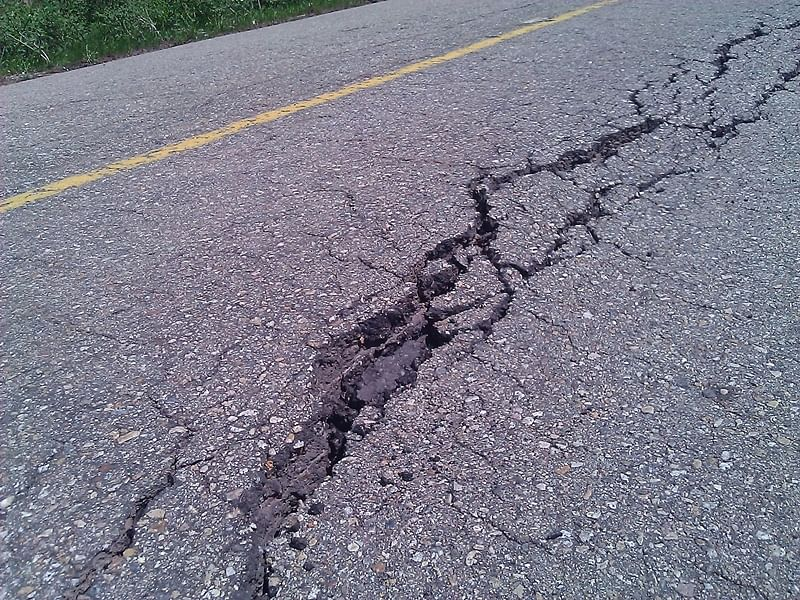Cracks leave villagers aghast; Government unfazed