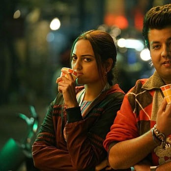 WATCH: Sonakshi Sinha tries 'Sooji Ke Golgappe' for the first time!