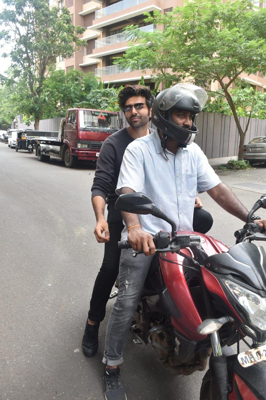 Kartik Aaryan enjoyed his bike ride in Juhu.