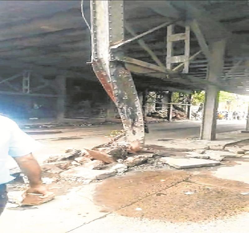 Mumbai: Dumper rams into Reay Road bridge, damages pillar