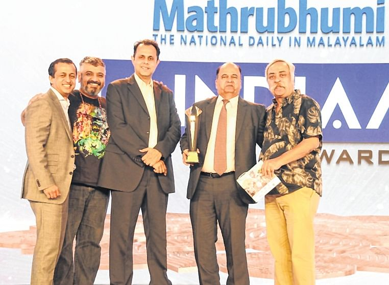 Pradeep Bakshi, MD and CEO, Voltas received the trophy from Neil George, MD, Nivea India and Piyush Pandey, Ogilvy