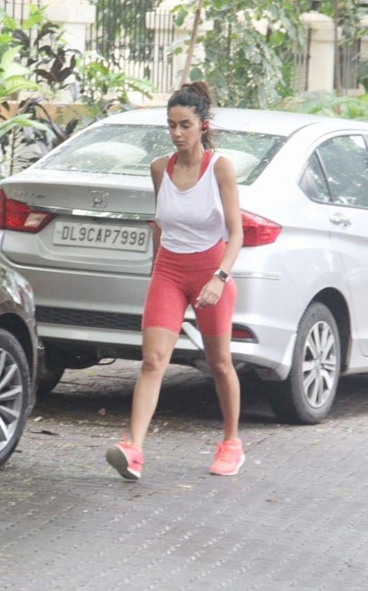 Farhan Akhtar's lady love Shibani Dandekar spotted today at Pali Hill, she went on a morning walk.
